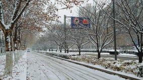 De de de winterwegen en bomen op Taikang-Road in Luoyang zijn behandeld met sneeuw royalty-vrije stock afbeeldingen