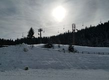 De winterzon achter de wolk stock afbeeldingen