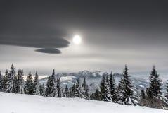 De winterzon boven witte bergen Royalty-vrije Stock Afbeelding