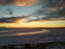 De winterzonsondergang bij het strand Stock Afbeeldingen