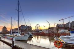 De winterzonsondergang bij de rivier en de jachthaven van Motlawa in Gdansk Royalty-vrije Stock Afbeeldingen