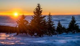 De winterzonsondergang in de berg Stock Fotografie