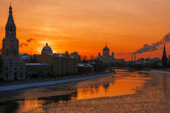 De winterzonsondergang in Moskou, Rusland royalty-vrije stock foto's