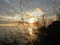 De winterzonsondergang op het overzees royalty-vrije stock foto