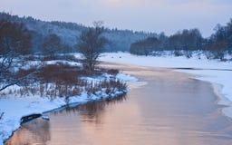 De winterzonsondergang op Moskva-rivier royalty-vrije stock foto