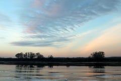 De winterzonsondergang over de oka-Rivier Royalty-vrije Stock Foto's
