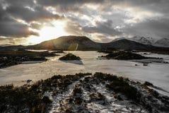De winterzonsondergang over een heuvel royalty-vrije stock fotografie