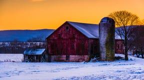 De winterzonsondergang over een schuur in landelijk Frederick County, Maryland Royalty-vrije Stock Foto