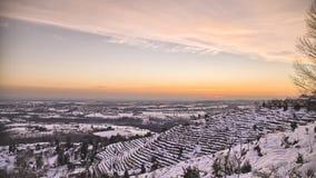 De winterzonsondergang over Heuvel met Sneeuw Timelapse HDR stock videobeelden