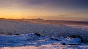 De winterzonsondergang over de Stad Stock Afbeeldingen