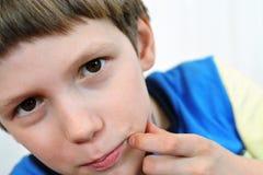 De wit-gevilde Europese jongen kijkt aandachtig recht stock afbeeldingen