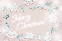 De wit-roze kaart van de Kerstmisgroet Stock Afbeeldingen