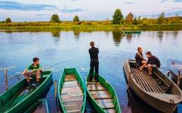 De Witrussische Kinderen vissen met Oude Boten bij Zonsondergang van de Zomer DA Stock Foto