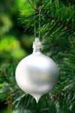 De witte achtergrond van de Kerstmisbal Stock Foto's