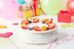 De witte achtergrond van de verjaardagspartij met de gezonde cake van de yougurtbes, heldere partijhulpmiddelen en decoratie, gif Royalty-vrije Stock Afbeelding