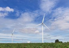 De witte alternatieve duurzame energie van windturbines van aard in windenergiepost onder blauwe hemel backgroun Stock Fotografie