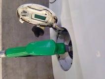 De witte auto voegt brandstof bij benzinestation voor lange reis toe royalty-vrije stock foto's