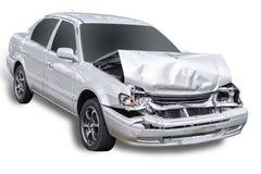 De witte auto wordt per toeval beschadigd op de weg Geïsoleerdj op witte achtergrond Gespaard met het knippen van weg royalty-vrije stock afbeeldingen