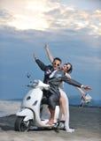 De witte autoped van de echtpaar enkel rit stock foto