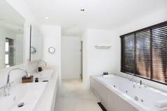 De witte badkamers van de luxe royalty-vrije stock afbeeldingen
