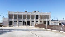 De witte baksteen industriële bouw op zonnige de winterdag Royalty-vrije Stock Foto's