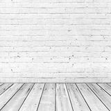 De witte bakstenen muur en de houten vloer, vatten binnenland samen Stock Foto's