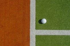 De witte bal van het kuiltjehockey op astrogras royalty-vrije stock foto's