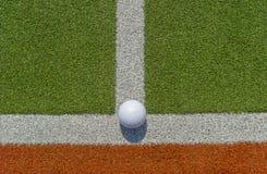 De witte bal van het kuiltjehockey op astrogras royalty-vrije stock foto