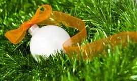 De witte bal van Kerstmis met oranje lint Royalty-vrije Stock Fotografie