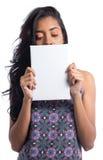 De witte banner behandelt gedeeltelijk het vrouwen` s gezicht Zwarte Braziliaan Stock Afbeeldingen