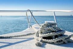 De witte boog van de boot in tropische Caraïbische overzees stock afbeelding
