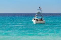 De witte boot turquise Caraïbische Zee Royalty-vrije Stock Afbeeldingen