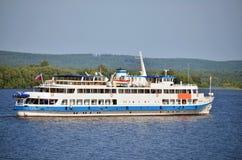 De witte boot van de riviercruise Royalty-vrije Stock Fotografie