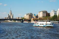 De witte boot van de riviercruise op de rivier van Moskou Royalty-vrije Stock Afbeeldingen