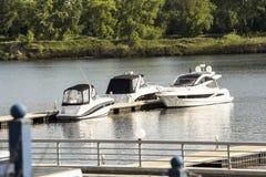 De witte boten zijn op het dok royalty-vrije stock fotografie