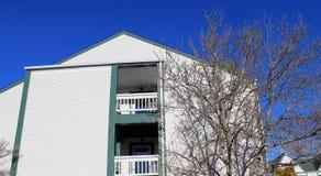 De witte bouw tegen blauwe hemel in de winter Stock Foto
