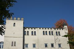 De witte bouw tegen blauwe hemel in Donauworth, Germany_ stock foto's