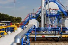 De witte brandstoftanks en pijpen van het kleurengas Stock Fotografie