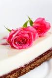 De witte cake met nam toe Stock Afbeelding