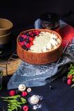 De witte cake van de chocolademousse op een donkere achtergrond Royalty-vrije Stock Afbeeldingen