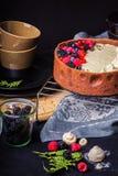 De witte cake van de chocolademousse op een donkere achtergrond Royalty-vrije Stock Fotografie