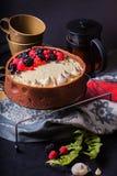De witte cake van de chocolademousse op een donkere achtergrond Stock Foto's