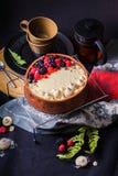 De witte cake van de chocolademousse op een donkere achtergrond Royalty-vrije Stock Afbeelding