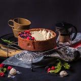 De witte cake van de chocolademousse op een donkere achtergrond Stock Foto