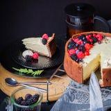De witte cake van de chocolademousse op een donkere achtergrond Stock Fotografie