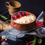De witte cake van de chocolademousse op een donkere achtergrond Stock Afbeeldingen