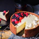 De witte cake van de chocolademousse op een donkere achtergrond Stock Afbeelding