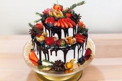 De witte Cake van het Roomsuikerglazuur met hierboven Vruchten en Chocolade, Huwelijks naakte cake op witte achtergrond, mening v Stock Foto