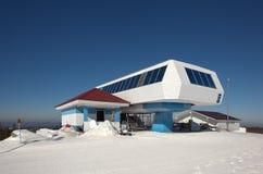 De witte complexe skilift van de Berg hogere post Nizhny Tagil Het gebied van Sverdlovsk Rusland Royalty-vrije Stock Foto