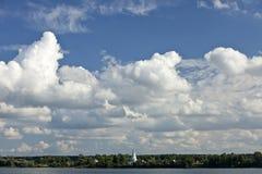 De witte Cumulus betrekt in blauwe hemel tegen dag, natuurlijke achtergrond, hemel, dag, wolken, water, meer, vijver, bomen, bos, royalty-vrije stock foto's